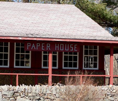 Casa di carta dal 1922 in piedi attraverso fogli di for Casa di 900 piedi quadrati