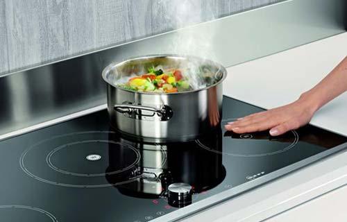 per generare un campo magnetico le bobine necessitano del contatto diretto con lacciaio o la ghisa elementi di cui sono composte le pentole da cucina